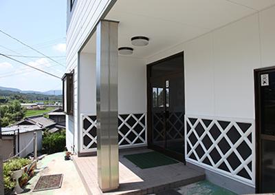 中津鋼材の玄関のなまこ壁